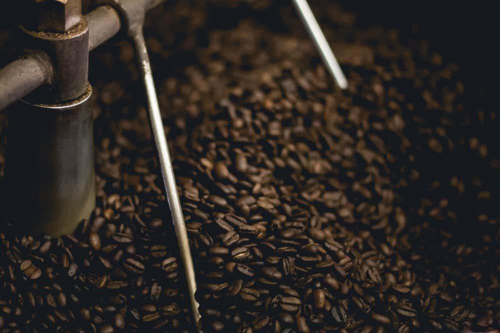 granos de café tostándose
